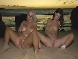 2 troiette si sditalinano upon riva al mare