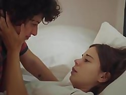 Alia Shawkat, Laia Costa - Sag Bed-cover (2018) Tribade